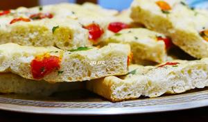 Focaccia à l'ail et tomates cerises