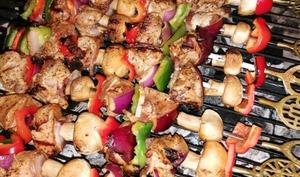 Brochettes de filet mignon de porc marinées et légumes de saison