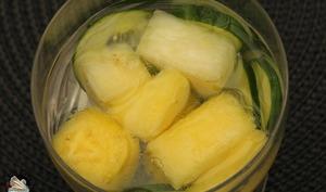 Eau détox ananas concombre