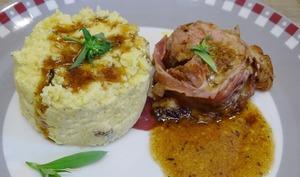 Filet mignon rôti, farci mozzarella, pesto rosso, jambon de Serrano