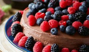 Gâteau chocolat noisette et fruits rouges