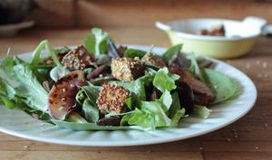 Salade de pêches grillées, amandes fumées et tofu pané au sésame