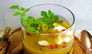 Soupe light de légumes de saison avec de la crème fouettée et des noisettes