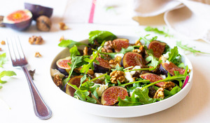 Salade aux figues, gorgonzola, oignons confits et noix