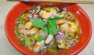 Bouillon miso aux gambas, chou Pak Choï, nouilles Soba et Shiitakés