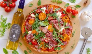Pizza chèvre prosciutto tomates huile à l'ail