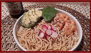 Salade de nouilles asiatiques, avocat crevettes et sauce Poke