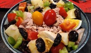 Salade pommes de terre aux thon, tomates, poivrons oeufs et olives