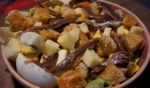 Salade d'œufs durs aux anchois, Cantal et croutons.