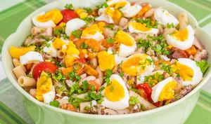 Salade de pâtes aux haricots blancs, sardines, œufs et légumes