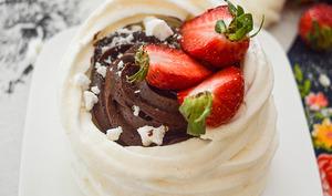 Nids de Pâques façon Pavlova à la mousse au chocolat et fraises fraîches