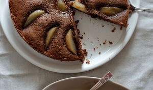 Tarte cake poire-fève tonka, d'après Christophe Felder