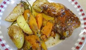 Cuisse de dinde laquée aux épices, légumes rôti : patate douce, pommes de terre, carottes fanes, céleri et compotée d'airelles