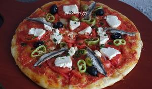 Pizza aux anchois mozzarella et tomates fraîches