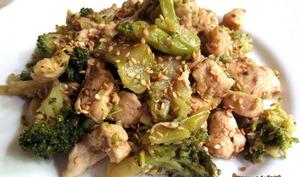 Poulet et brocoli sautés au sésame