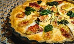 Tarte sucrée-salée aux figues, fromage de chèvre et basilic frais