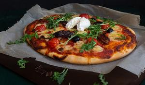 Pizza tomates cerises, tomates séchées, roquette et burrata