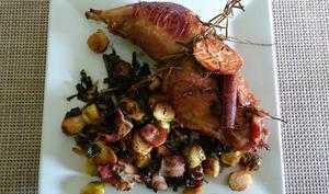 Cuisse de dinde marinée accompagnée de choux de Bruxelles, chou kale et bacon