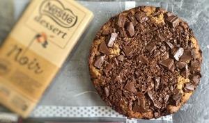 Blondie le gâteau cookie aux pépites de chocolat