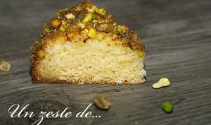 Gâteau moelleux en croûte de pistache et au sirop citronné