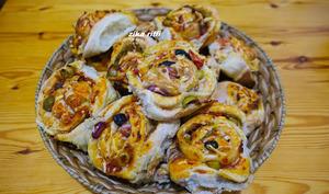 Pizza roulée au thon tomate olives poivrons