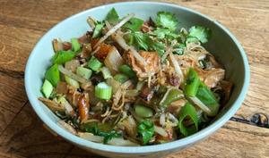Vermicelles de riz sautés au poulet végétal