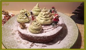 Gâteau au yaourt à la vanille, décoré de sapins de Noël meringués
