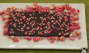 Tablette de chocolat noir aux pralines roses