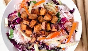 Bol de rouleaux de printemps et tofu au miso