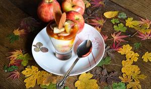 Verrines aux pommes confites et au caramel beurre salé