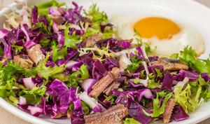 Salade de chou rouge aux oeufs et sardines