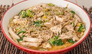 Soupe de poulet aux nouilles et chou chinois