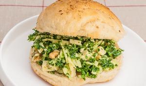 Burger au chou kale, pommes et fromage
