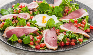 Salade de magret au cresson, grenade et oeuf poché