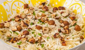Salade de céleri rave aux noisettes et aux câpres
