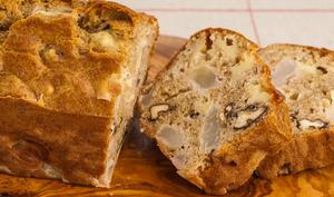 Cake salé aux poires, tomme de brebis et noix