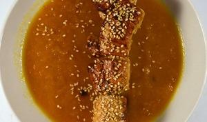 Potage carotte poireau au gingembre, brochettes de poulet