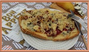 Tartine au roquefort, poire et noix