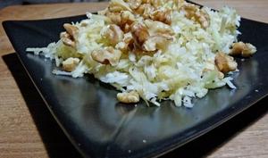Salade de choux râpé, pomme râpée et noix