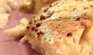 Le vivaneau au four à la moutarde à l'ancienne et aux champignons