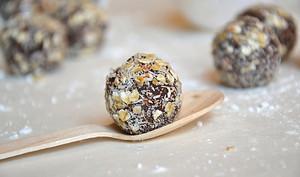 Truffes végétales au chocolat noir, coco et noix de pécan