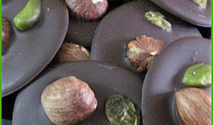 Mendiants au chocolat noir, noisettes, raisins et pistaches