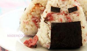 Onigiri fleurs de cerisier au saumon