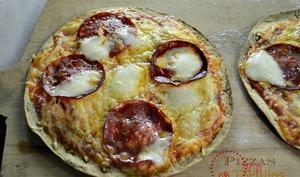 Pizzas rapide sauce épicée sur tortillas