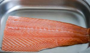 Oter la peau et dégraisser un filet de saumon