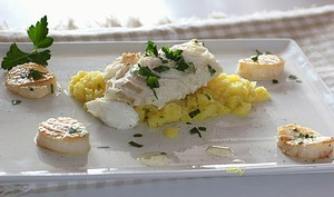 Ecrasé de pommes de terre en aïoli, cabillaud et St-Jacques justes poêlées