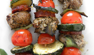Brochettes de porc au chorizo, sauge et légumes du soleil
