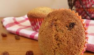 Muffins anglais sans beurre au thé, raisins et à la farine d'épeautre complète