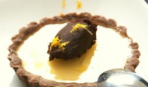 Tartelette au citron bergamote, gelée bergamote et quenelle de chocolat noir