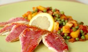 Rougets en salsa de mangue et petits pois